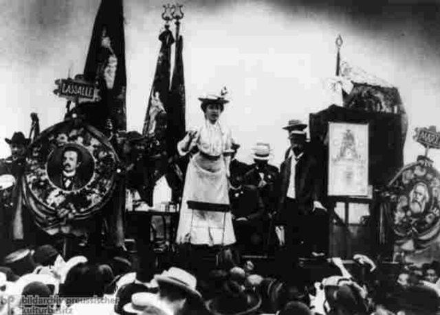 Rosa Luxemburg - vor einer Versammlung des Spartakusbundes redend