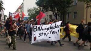 Von REVOLUTION mitorganisierter Protestzug von Schüler_innen durch Pankow