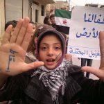 """""""Nieder mit dem Regime"""" - steht auf den Händen eines jungen Mädchens, das gegen Assads DIktatur demonstriert."""