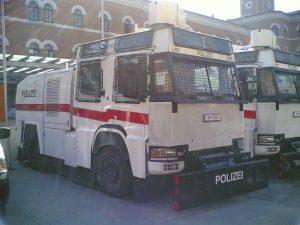bundespolizei_sterreich_wasserwerfer_-_bild_wikipedia