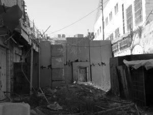 Hohe Mauern ziehen sich durch die Altstadt von Hebron und sollen dem Schutz der ca. 800 illegal dort lebenden Siedler_innen dienen