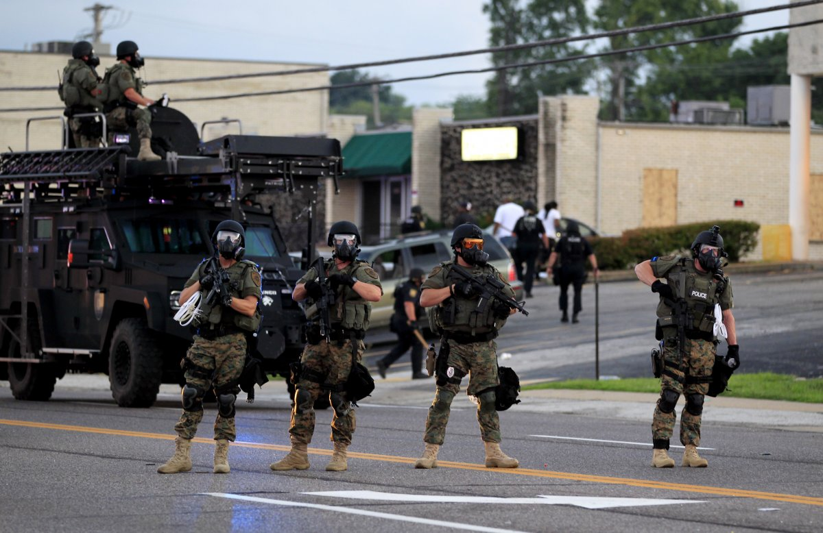 Militarisierte Polizisten mit Ausrüstung aus dem Irakkrieg besetzen die US-amerikanische Kleinstadt Ferguson