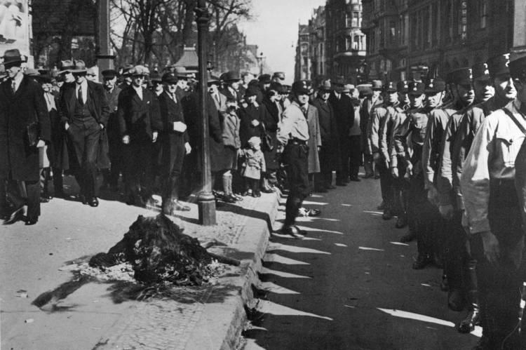 Öffentliche Verbrennung der Gewerkschaftsfahnen