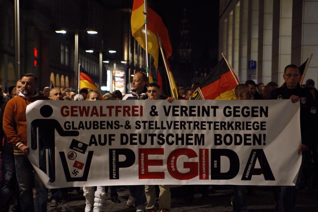 Links am Transparent, PEGIDA-Anführer Lutz Bachmann: Moralapostel gegen den Verfall der Werte des Abendlandes - Kokain-Handel, Einbrüche rund um Dresden und Verweigerung der Unterhaltszahlung. Vor einer mehrjährignen Haftstrafe floh er nach Südafrika, wurde jedoch wieder nach Deutschland abgeschoben