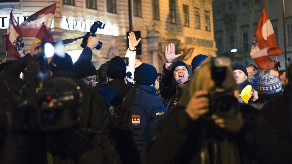 Nazis heben die Hand zum Gruß