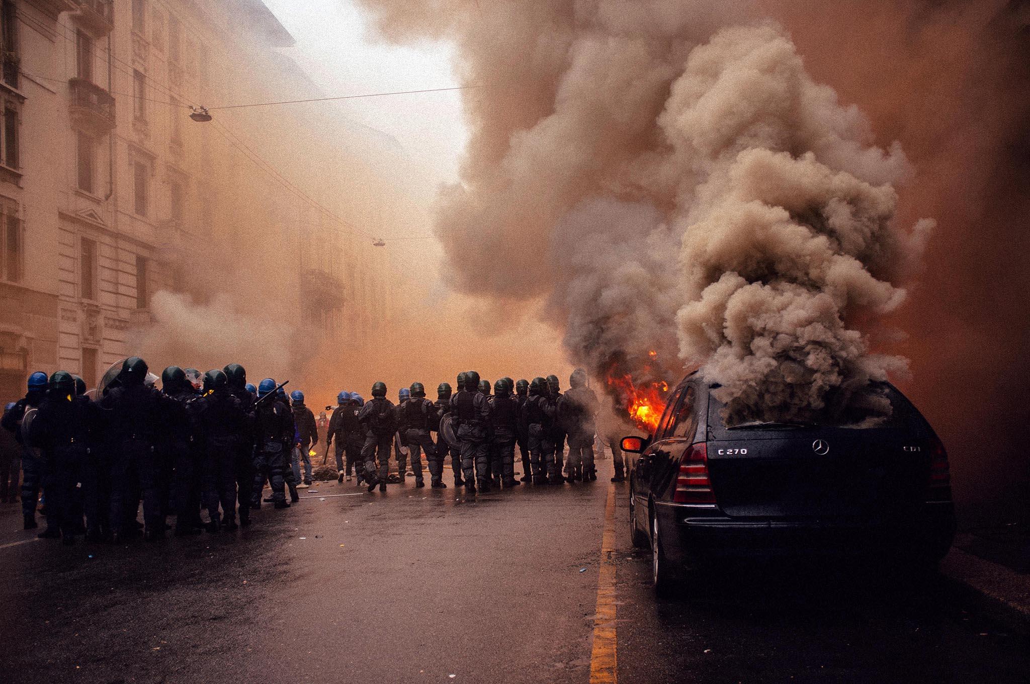 brennendes Auto auf der Straße