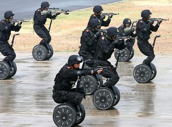 Bundeswehr sieht lächerlich aus auf diesen Segways...
